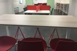 Table haut et chaises hautes - Mobilier professionnel